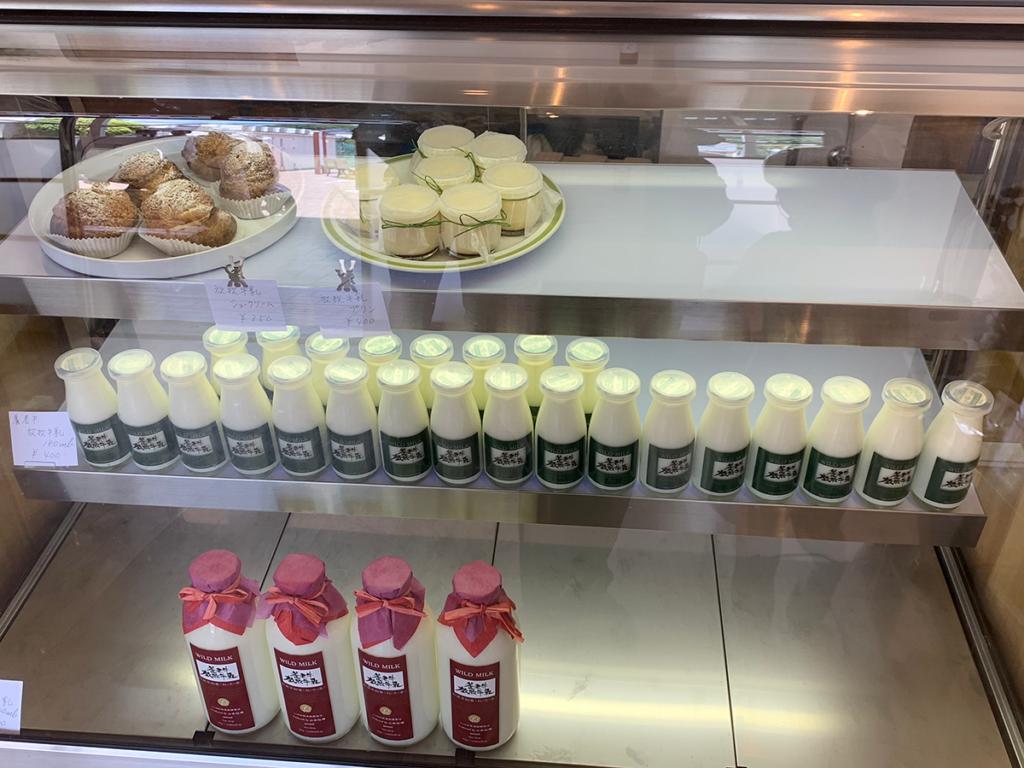 山本牛乳 店内のショーケース